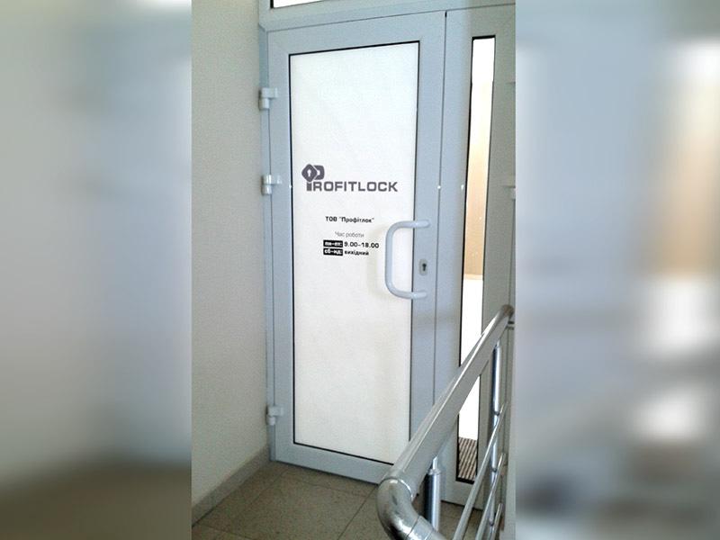 Оформление входной двери офиса
