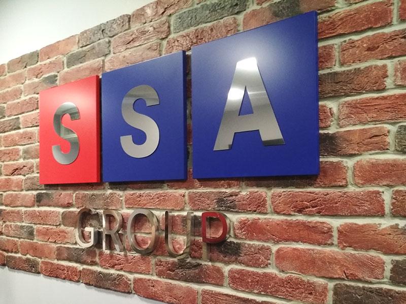 Объемный логотип фирмы SSA в холле
