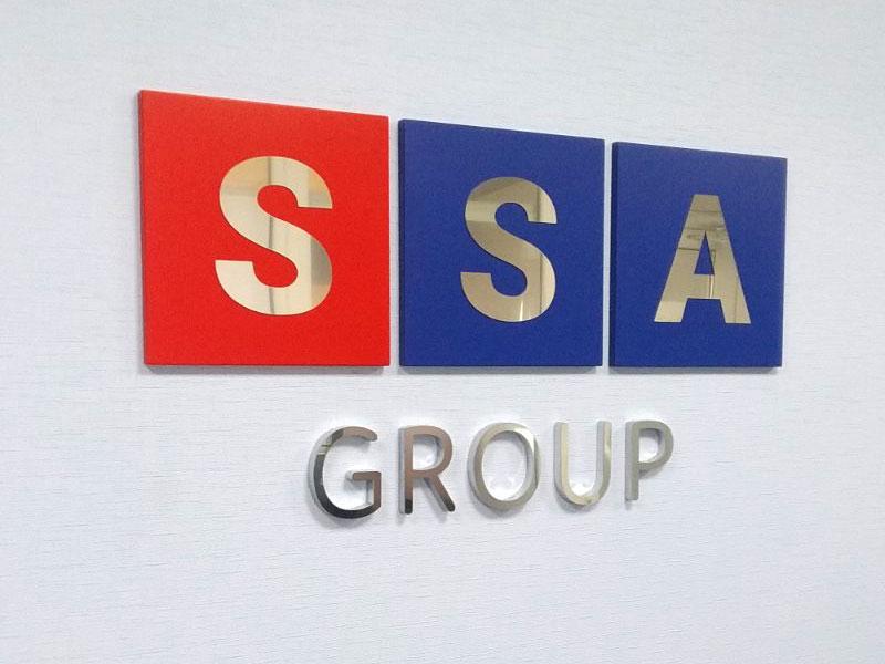 Логотип фирмы в интерьере